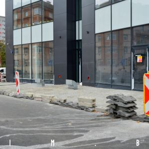 Kontroverzné riešenie verejného priestoru pred vchodom. Hlavné mesto údajne odmieta takýto chodník prebrať