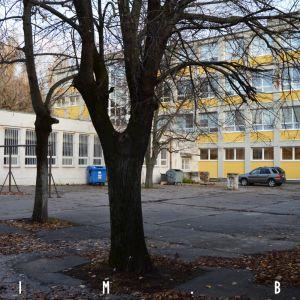 Dvor medzi školou a komunitným centrom plánue škola využívať pre svoje aktivity