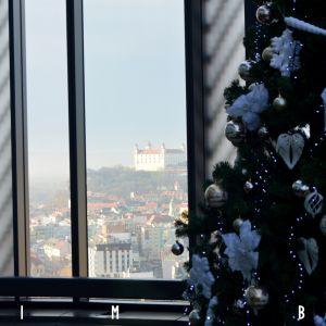 Fotografie boli vyhotovené z terasy na najvyššom podlaží Twin City Tower