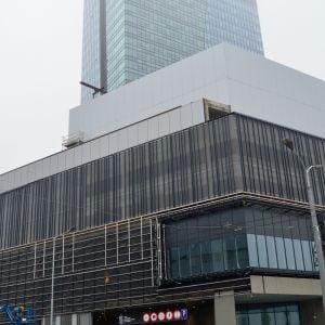 Dokončená časť fasády Stanice Nivy a Nivy Tower