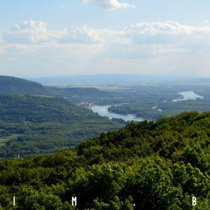 Hundsheimské vrchy, Hainburg and der Donau, Dunaj a okolité lužné lesy. Vľavo dole okraj Devínskeho hradu
