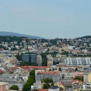 Kollárovo námestie a vŕšky nad centrom Bratislavy