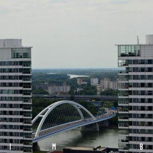 Most Apollo a v diaľke nezreteľne viditeľný šiesty dunajský most