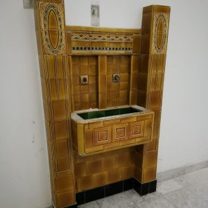 Pôvodná výzdoba bola na vysokej úrovni - secesná pitná fontánka z roku 1914
