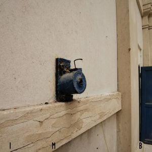 Detail technológie údržby svietidiel. Technikovi stačilo krútiť kľukou a svietidlo sa zvinulo a mohlo byť vymenené bez rebríka či lešenia