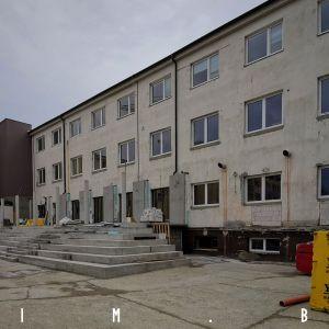 Terasa budúcej čajovne a schodisko k námestiu