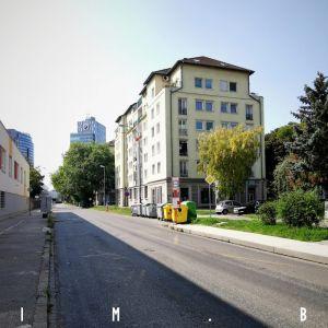 Na tomto úseku Páričkovej bude cyklotrasa umiestnená na severnej strane ulice - vpravo