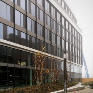 Plateau pred vstupom do Sky Park Offices