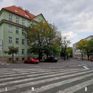Križovatka Mýtnej a Vazovovej je dnes tvorená obrovskou asfaltovou plochou, mohol by tu byť priestor pre peších a zeleň