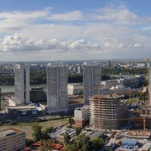 Panoráma nového centra Bratislavy. V budúcnosti budú prázdne plochy vyplnené ďalšími vežami