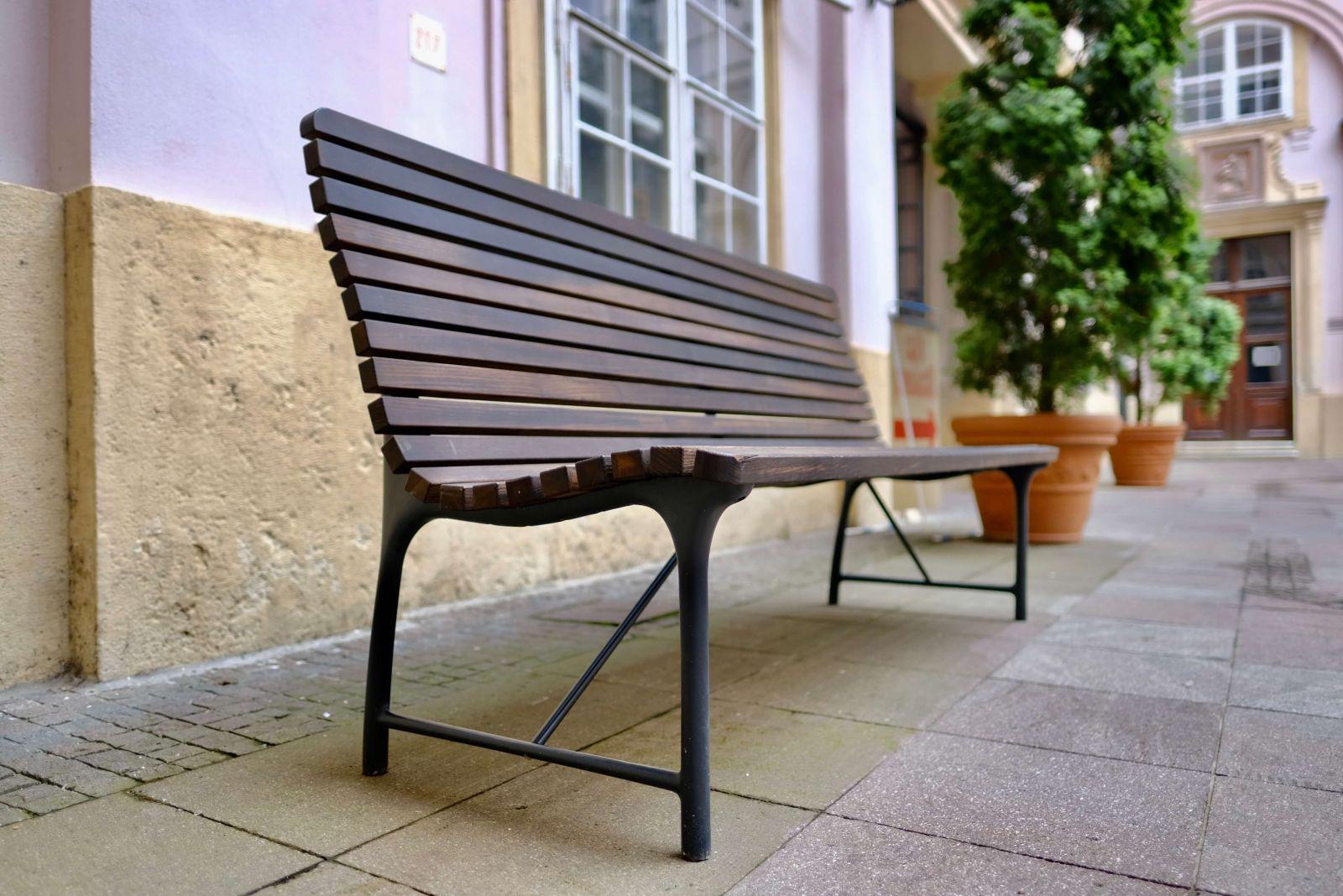 Bratislava bude inštalovať nové lavičky, preberie dizajn z Prahy